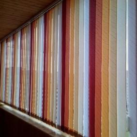 Красивые жалюзи на окне теплого балкона