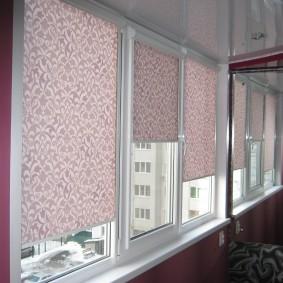 Розовые шторы на окнах лоджии