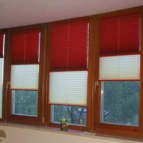 Бумажные шторы плиссе на окнах лоджии