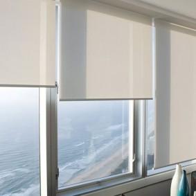 Светлые рулонные шторы открытой конструкции