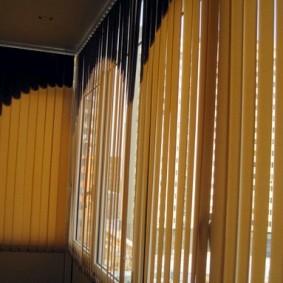 Вертикальные жалюзи из коричневой ткани