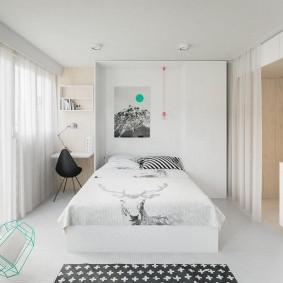 Белая отделка стен в маленькой квартире