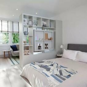 Сквозной стеллаж в светлой квартире