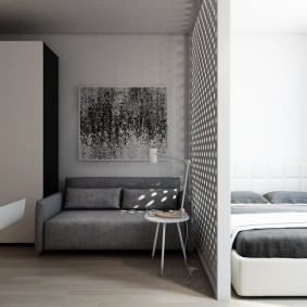 Тонкая перегородка между спальней и гостиной зоной