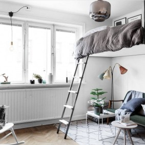 Подвесная кровать в комнате с высоким потолком