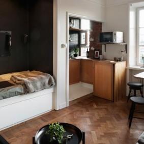Диван-кровать в нише с темной отделкой