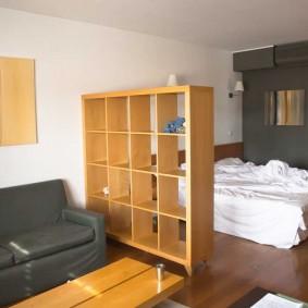 Небольшой стеллаж между спальней и гостиной