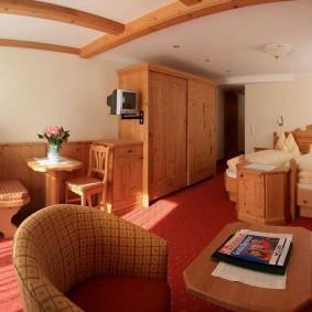 деревянная мебель в спальне-гостиной