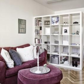 Белый стеллаж в светлой гостиной
