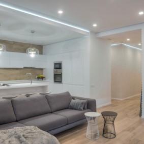 Серый диван в гостиной с ярким светом