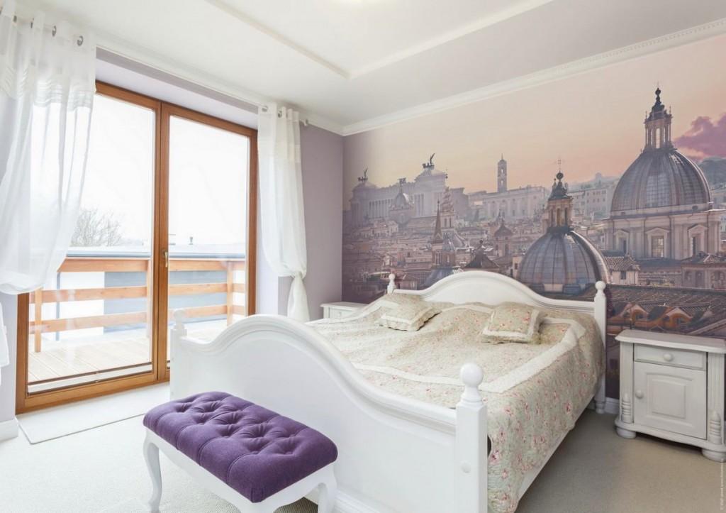 Фотообои в интерьере спальни с большим окном