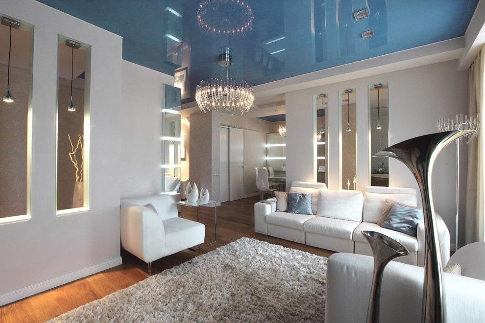 Светлая гостиная с голубым потолком