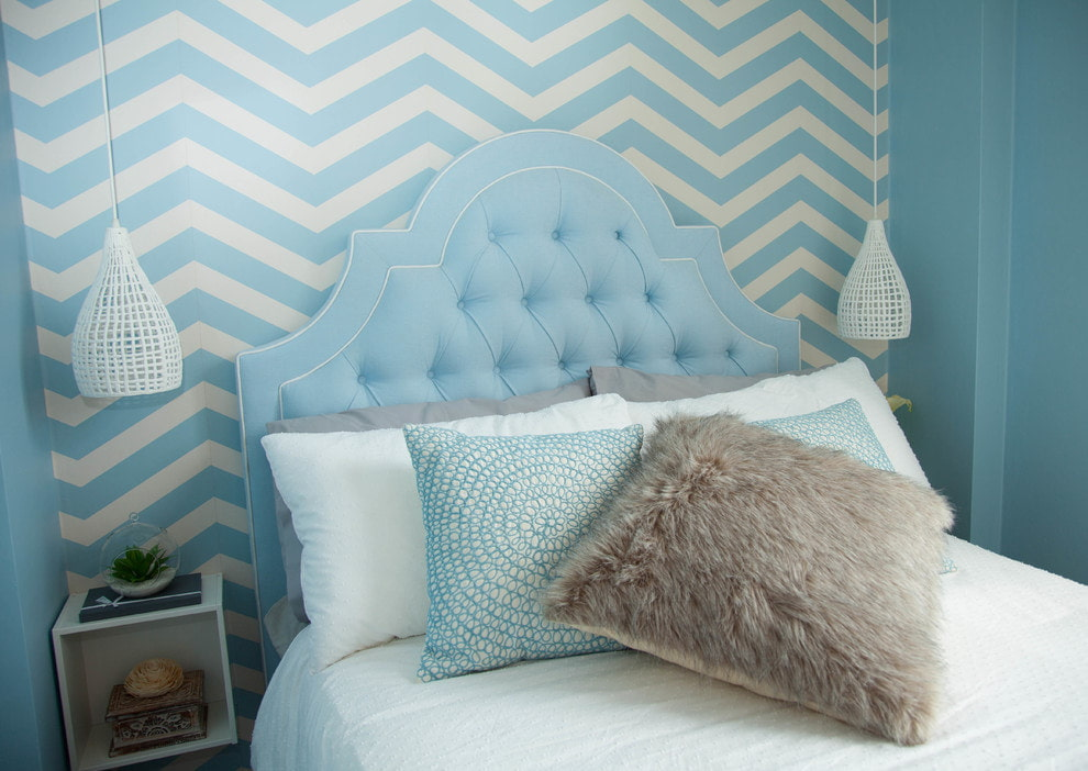 Голубые полоски на обоях в маленькой спальне