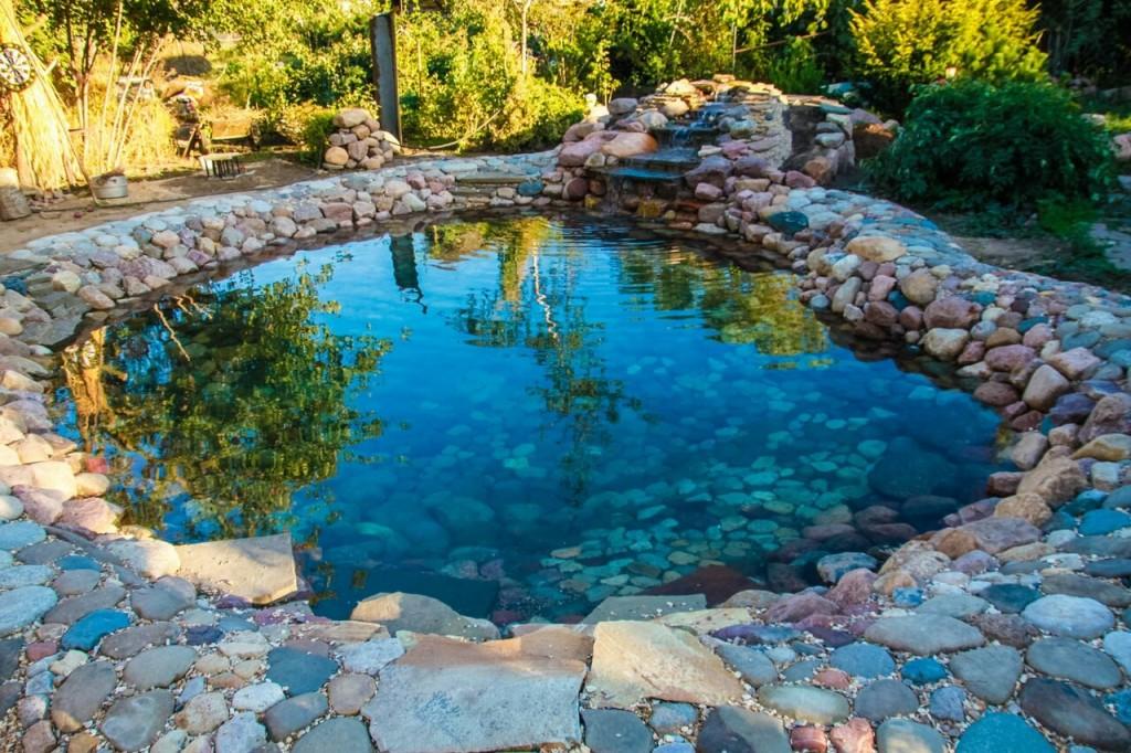 Чистая вода в искусственном водоеме на даче