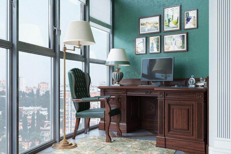 Массивный письменный стол на панорамном балконе