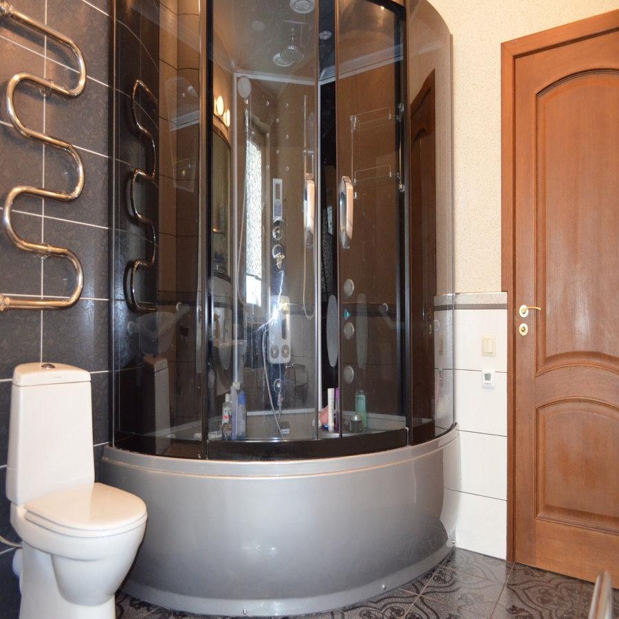 Угловая кабинка в ванной комнате трешки