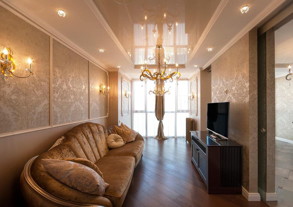 Роскошная люстра на потолке в небольшой гостиной