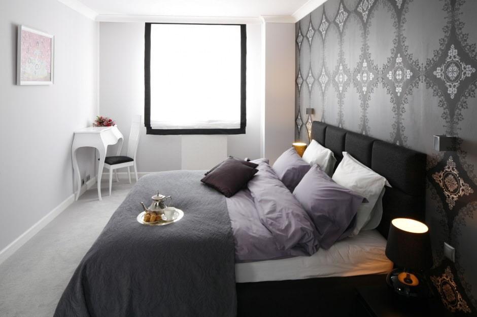 Выделение акцентной стены спальни серыми обоями