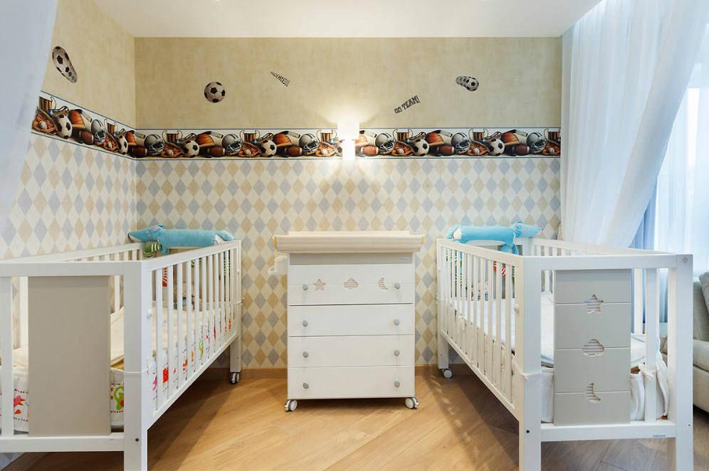 Горизонтальное комбинирование обоев в детской спальне