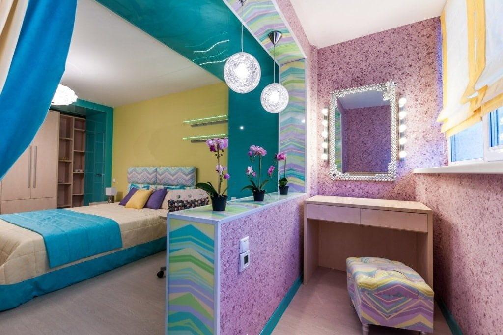 Туалетный столик на балконе в спальне девочки