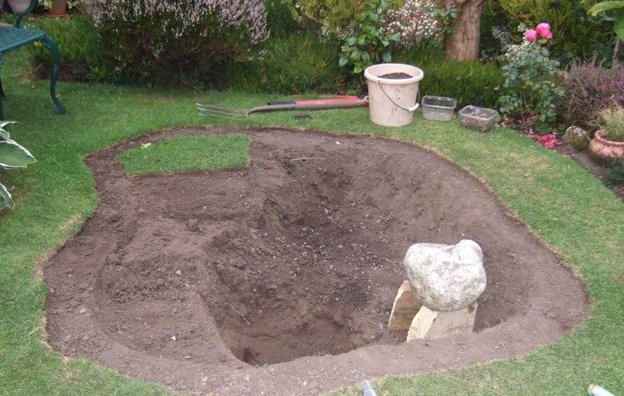 Копка ямы для искусственного пруда