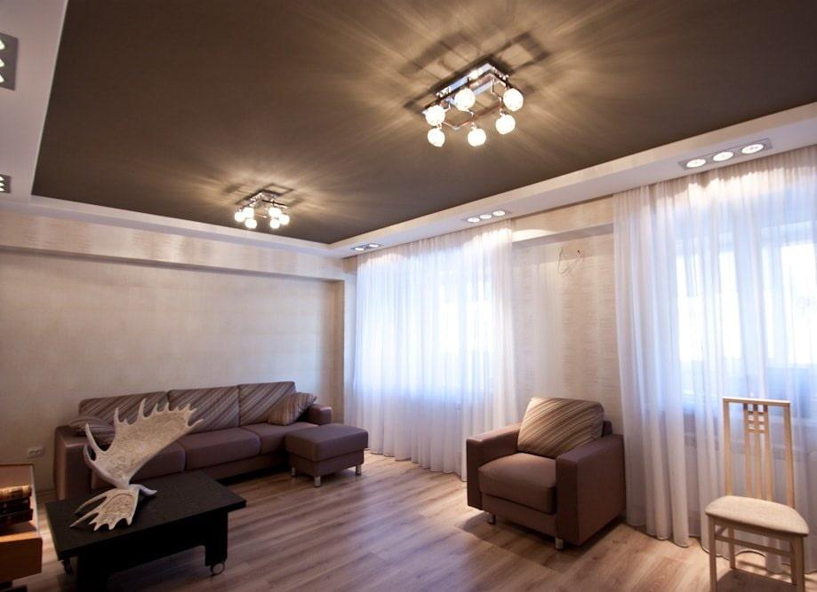 Уютная гостиная с коричневым потолком