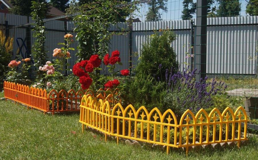 Красивое ограждения из пластика для цветочной клумбы