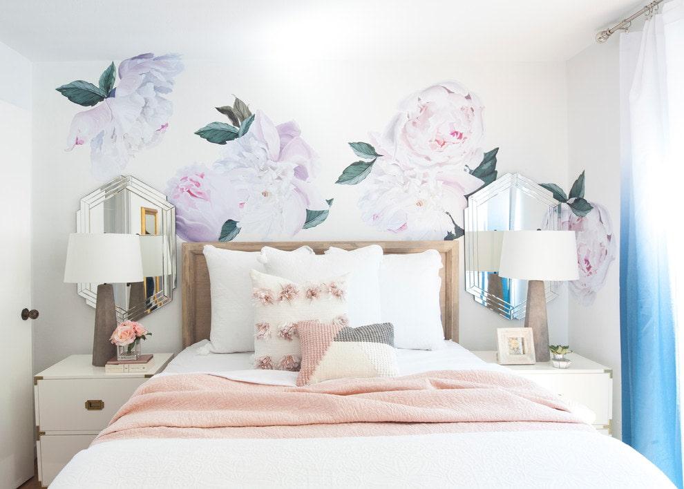 Небольшая спальня с обоями светлого оттенка