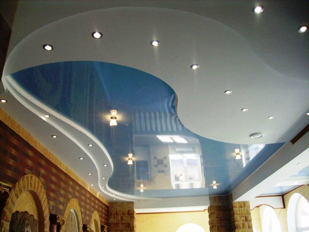 Красивый потолок с натяжным полотном голубого цвета