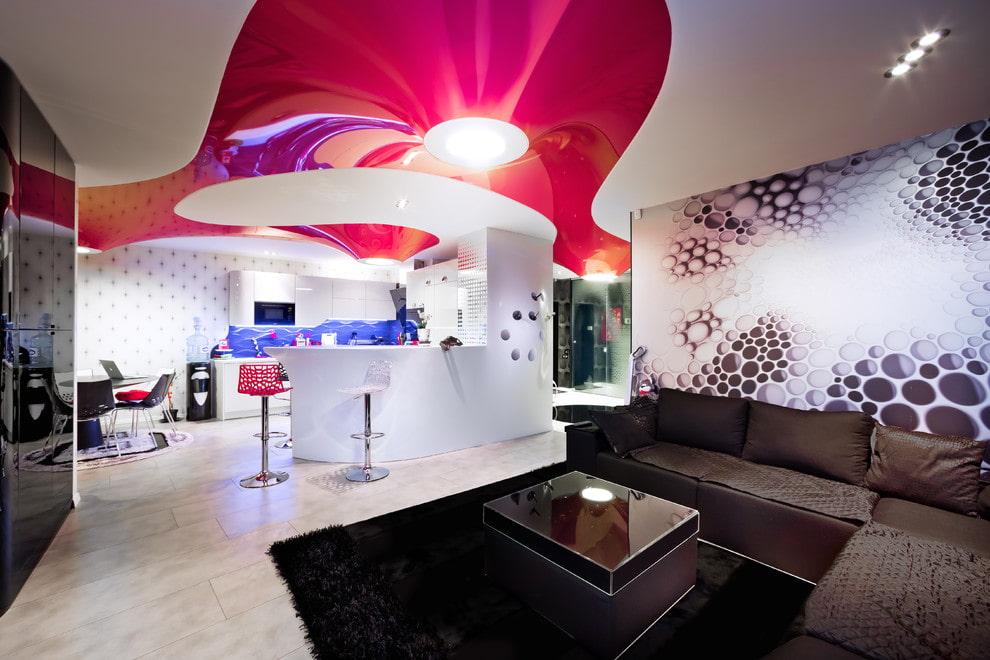 Красно-белый потолок в квартире-студии