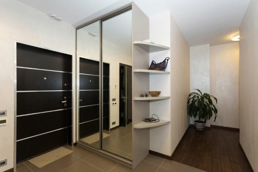 Зеркальный шкаф-купе около входной двери в прихожей