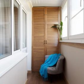 Шкаф с деревянными дверками на узкой лоджии