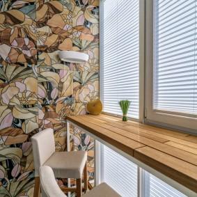Деревянный подоконник на застекленном балконе