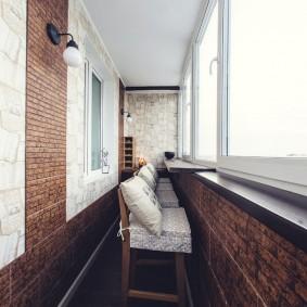 Декор камнем стен на балконе с остеклением