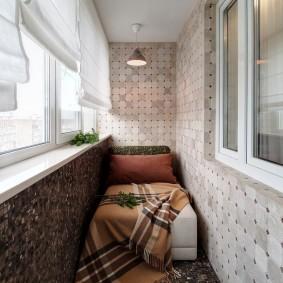 Узкая кровать на балконе с утеплением
