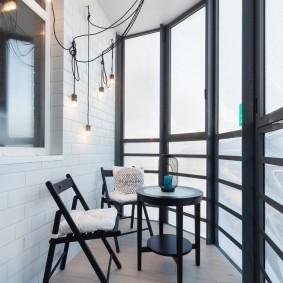 Складные стульчики в зоне отдыха на балконе
