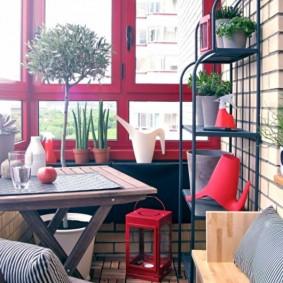 Садовый столик с деревянной столешницей