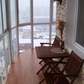 Садовая мебель в интерьере балкона
