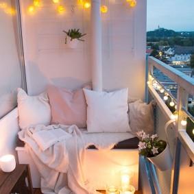 Романтическое освещение на красивом балконе