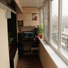 Интерьер балкона с рабочим местом