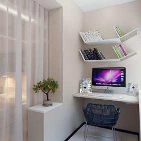 Компьютерный стол на лоджии с белыми стенами