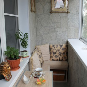 Угловой диванчик в интерьере лоджии