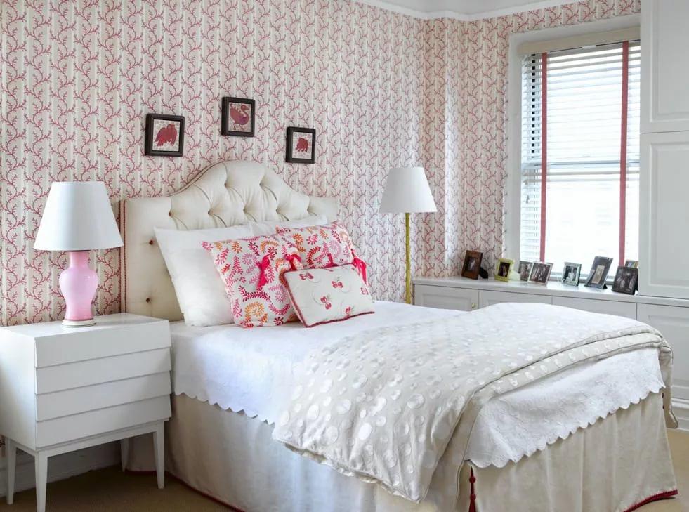 Мелкий вертикальный рисунок на обоях в спальне