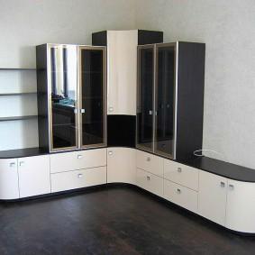 Мебельный гарнитур в углу гостиной комнаты