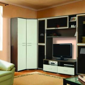 Угловой шкаф с белыми дверками