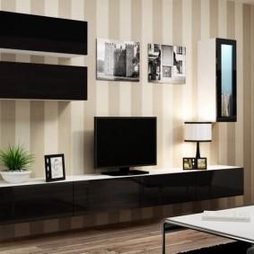 Подвесная мебель на стене с обоями