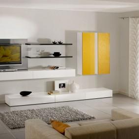 Желтый акцент в интерьере гостиной