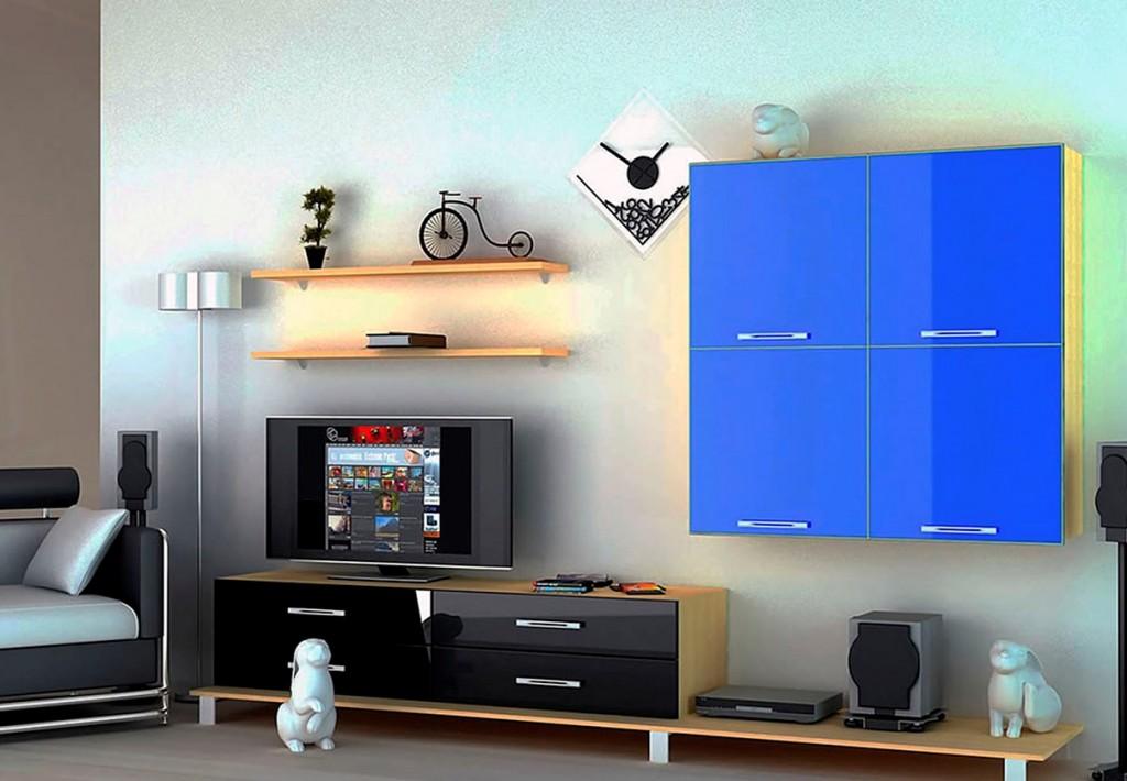 Синий подвесной шкаф на стене в гостиной
