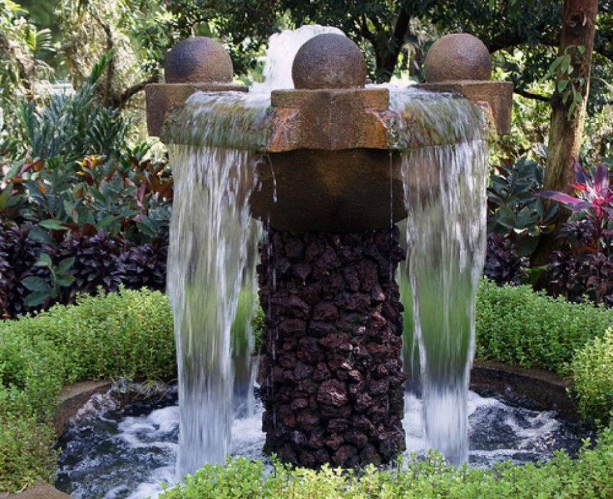 Компактный водопад из природного камня