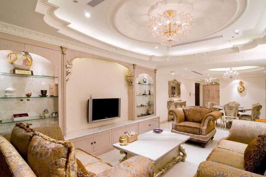 Красивый потолок в гостиной классического стиля